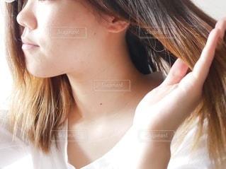 髪を乾かす女性の横顔の写真・画像素材[2658261]