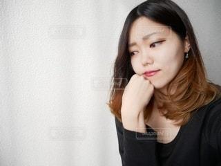 考えこむ黒いシャツを着た女性の写真・画像素材[2686966]