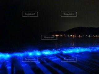 幻想的!青く光る海の写真・画像素材[2705997]