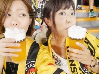 野球観戦でビールを飲む女性2人の写真・画像素材[2936096]