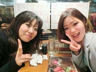 居酒屋で飲み会をする女性2人の写真・画像素材[2936093]