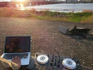 河原で夕方DJの写真・画像素材[2613437]