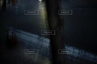 電柱と車のヘッドライトの写真・画像素材[956807]