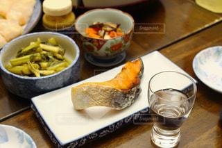 ぽんしゅと焼き鮭の写真・画像素材[977543]