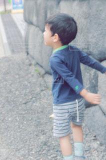 歩道上に立って小さな男の子の写真・画像素材[982483]
