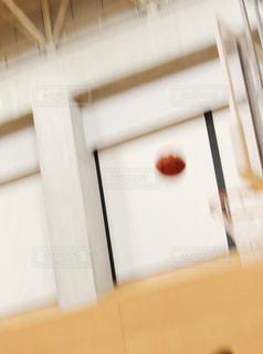 弧を描くボール - No.1007468
