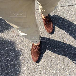 歩道の上に立っている人の写真・画像素材[1185223]