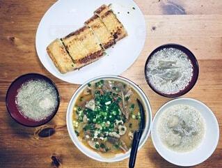 今日の晩ご飯はモツ煮と栃尾の油揚げの写真・画像素材[3956000]