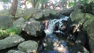 岩と滝と水飛沫の写真・画像素材[4694565]