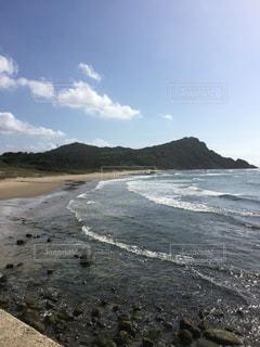 水の体の横にある砂浜のビーチの写真・画像素材[907358]