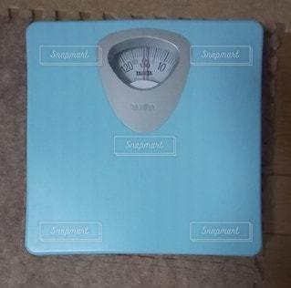 ダイエットのために体重測定の写真・画像素材[2612573]