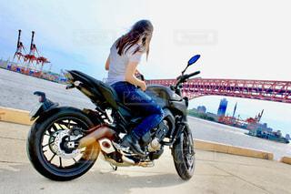 大型バイクと私の写真・画像素材[2622205]