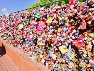 Nソウルタワーの愛の南京錠(遠くから撮影)の写真・画像素材[2447933]