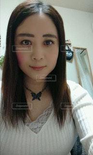 カメラのポーズをとる女性の写真・画像素材[3104883]