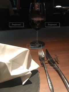 テーブルの上に座っているワインのグラスの写真・画像素材[2792366]