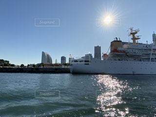 水域の中の大きな船の写真・画像素材[2763748]