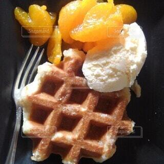 フォーク付きの食べ物の皿の写真・画像素材[4079442]