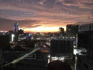 夕暮れ時の都市の眺めの写真・画像素材[2775344]