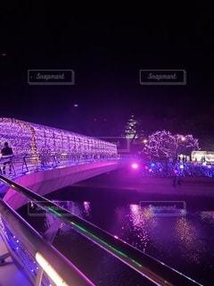 夜にライトアップされた都市の写真・画像素材[2854103]