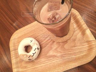木製のテーブルの上に座っているコーヒーのカップの写真・画像素材[2966678]