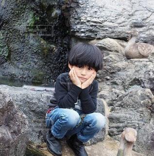 大人びた表情の男の子の写真・画像素材[2620635]
