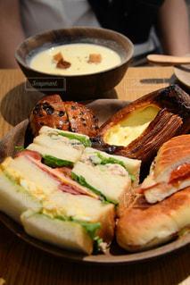焼きたてパンで美味しい朝ごはんの写真・画像素材[393963]