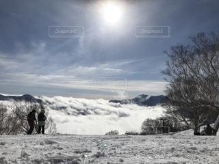 雪に覆われたフィールドの上に立って人々 のグループの写真・画像素材[1357563]