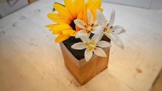 ひまわりとユリの造花の写真・画像素材[2861091]