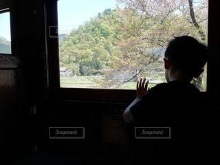 車窓からの景色を眺める男の子の写真・画像素材[2632378]