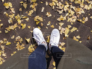 地面に座っている人の写真・画像素材[2732409]
