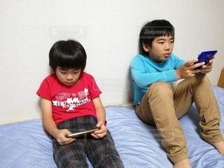 スマホで遊ぶ子供の写真・画像素材[2640648]