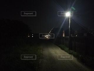 夜の暗い通りの写真・画像素材[2683986]