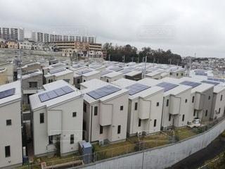 ソーラーパネルが沢山のった家の写真・画像素材[2756558]