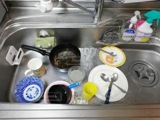 たくさんの洗い物でいっぱいの台所の写真・画像素材[2763976]