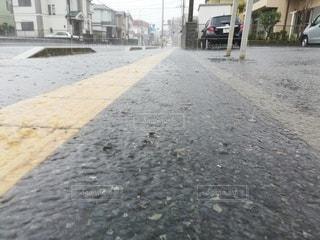 大雨が降った日の歩道の写真・画像素材[2772949]