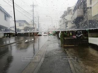 雨の日にビニール傘の写真・画像素材[2772946]
