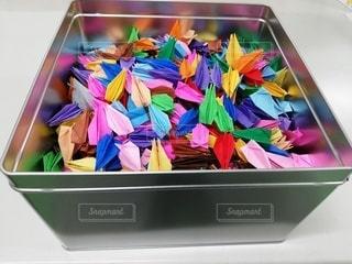 色とりどりの折鶴でいっぱいの箱の写真・画像素材[2784089]