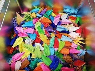 色とりどりの折り鶴の箱の写真・画像素材[2784090]