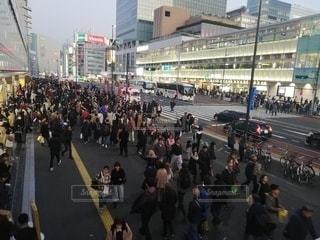 群衆の前で通りを歩く人々のグループの写真・画像素材[2864369]