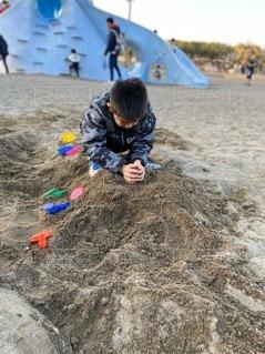 砂遊びする少年の写真・画像素材[3090704]