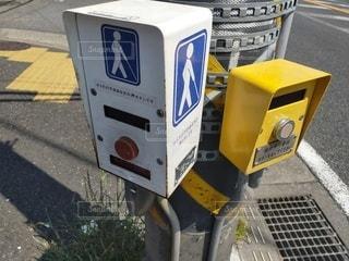 道路の脇に座っている駐車メーターの写真・画像素材[3171979]