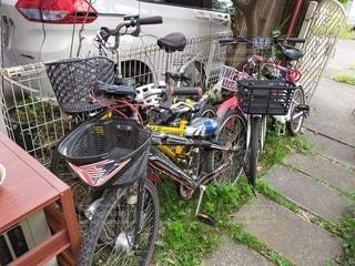 自転車がフェンスの近くに駐車しているの写真・画像素材[3593458]