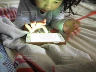 ベッドに座っている小さな子供の写真・画像素材[3723609]