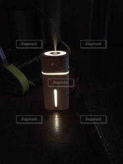 暗い部屋の加湿器の写真・画像素材[2790786]