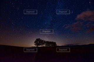 北海道 マイルドセブンの丘からの星空の写真・画像素材[2642308]