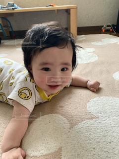 赤ん坊を抱く手の写真・画像素材[2697618]