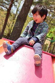ベンチに座っている少年の写真・画像素材[2697623]