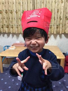帽子をかぶった小さな男の子の写真・画像素材[2697778]