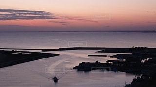 水域に沈む夕日の写真・画像素材[2842256]