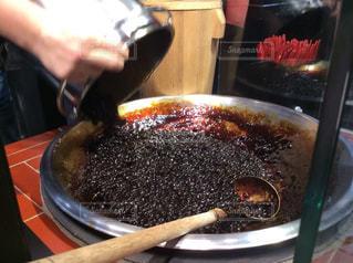 タピオカに黒糖を混ぜているところの写真・画像素材[2672343]